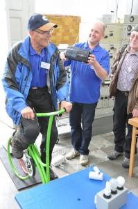 """Hans Palmqvist """"cyklar igång"""" en radio"""